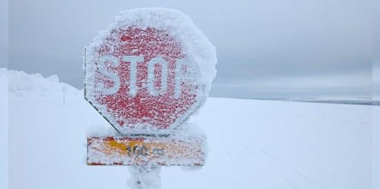 Panneau STOP gelée